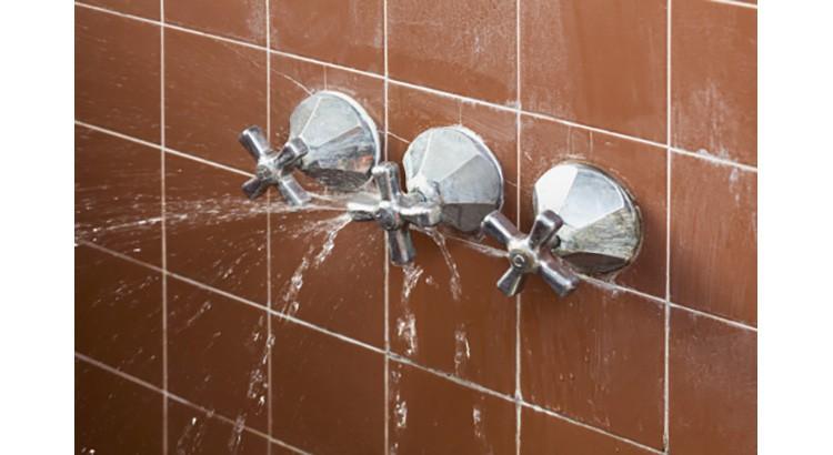 Salle de bain : conseils pour réparer rapidement une fuite d'eau